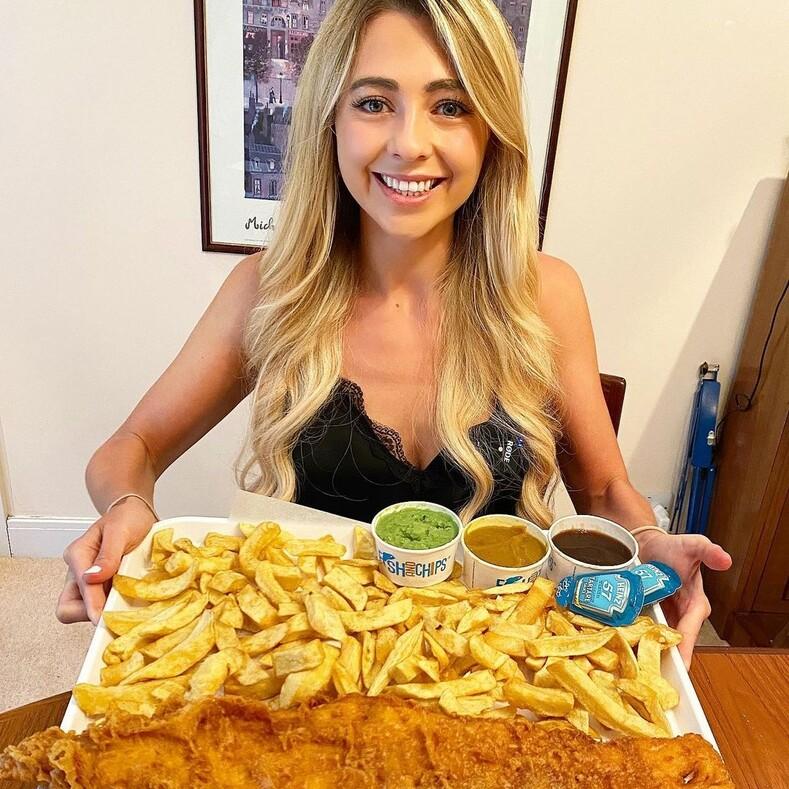 Девушка прославилась на весь мир своей любовью к еде: за раз эта стройная красотка может съесть огромную порцию в 8 000 калорий (фото и видео)