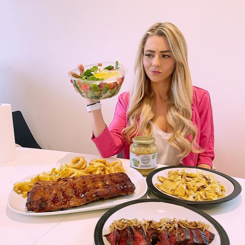 Девушка прославилась на весь мир своей любовью к еде за раз эта стройная красотка может съесть огромную порцию в 8 000 калорий (фото и видео)