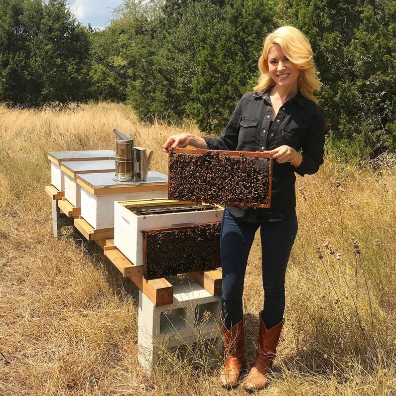 Видео с храброй девушкой, которая голыми руками перенесла пчел, собрало миллионы просмотров: история самого очаровательного пчеловода
