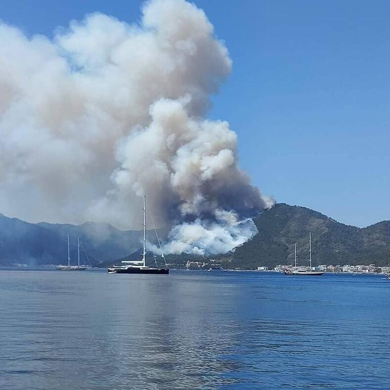 Рядом с популярным курортом Турции вспыхнул масштабный лесной пожар: фото с места событий