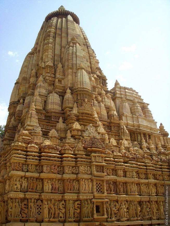 Индийский храм с сексуальными фигурами