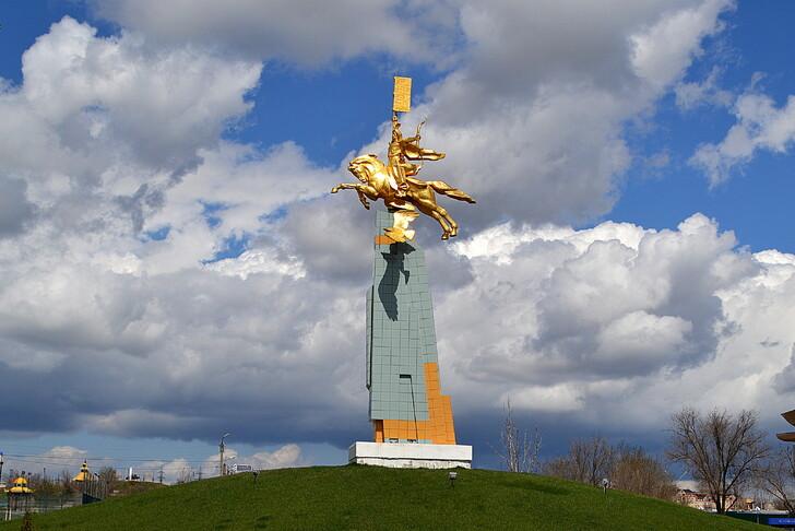 Памятник Золотой всадник