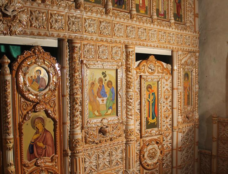 Фарфоровый иконостас в одной из пещер Холковского монастыря