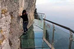 Парк в Китае предлагает прогулку по стеклянной тропе над пропастью