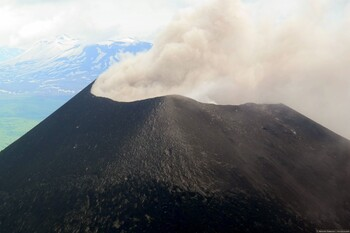 Карымский вулкан на Камчатке выбросил столб пепла высотой 3 км