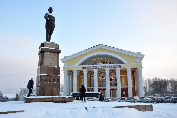 Музыкальный театр города и памятник Кирову