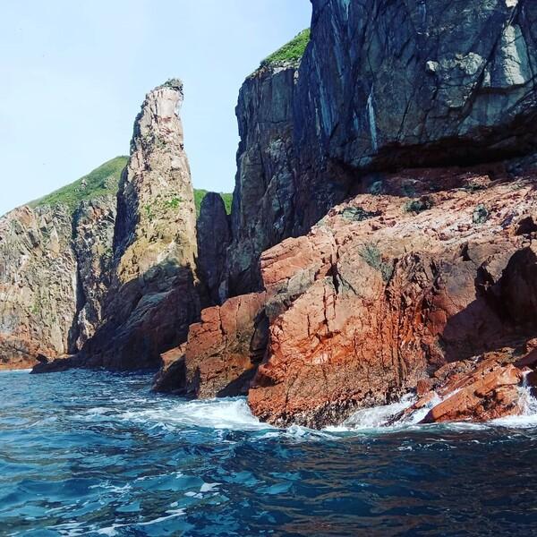 Теплые красные скалы острова Сергеева