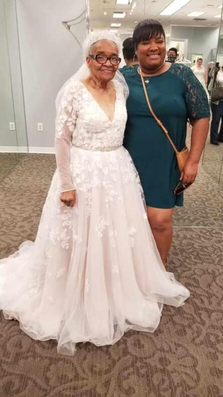 Исполнилась заветная мечта 94-летней женщины, которая не могла купить себе настоящее свадебное платье из-за расовых предрассудков в США