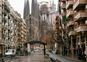 Барселонские улицы, море и платья