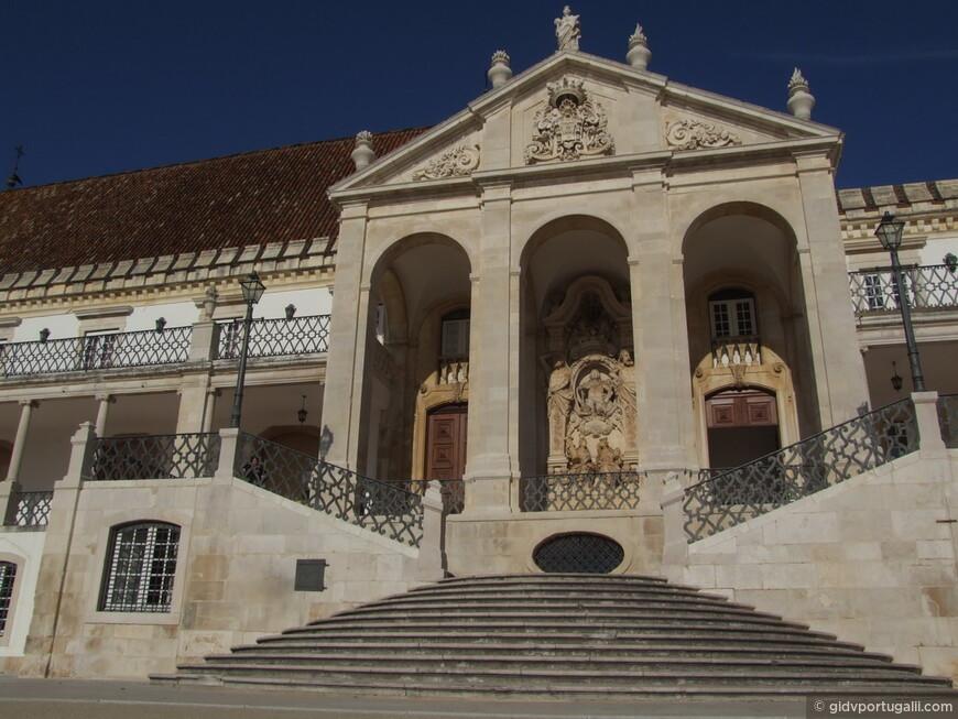 Латинский Путь, путь к знаниям - так  называется лестница, ведущая в бывший королевский дворец