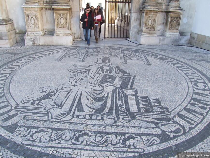 Вход в бывший королевский дворец. На полу изображен Университет ( в португальском языке существительное университет - женского рода)