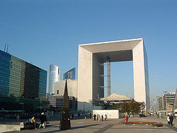 Большая арка Дефанс в Париже закрыта для посетителей