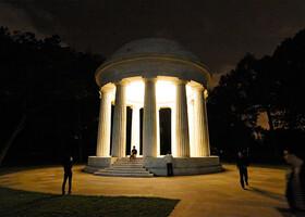 Монументы Вашингтона ночью