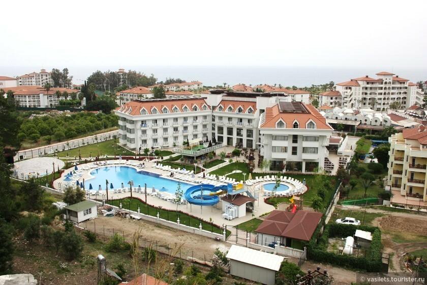 Вид на отель с соседней горки