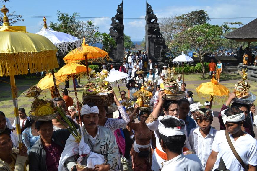 Религиозная цермония в храме