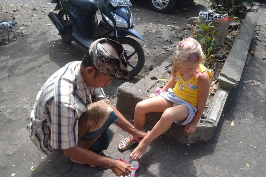 Лиза в нашим гидом Суасой. Сервис по-индонезийски