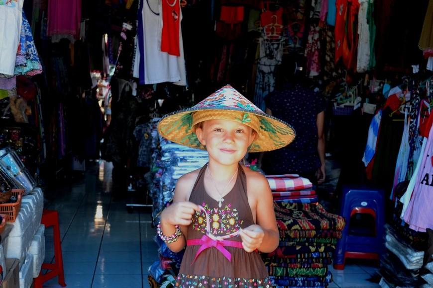 На рынке в Убуде. Типичная балийская шляпа