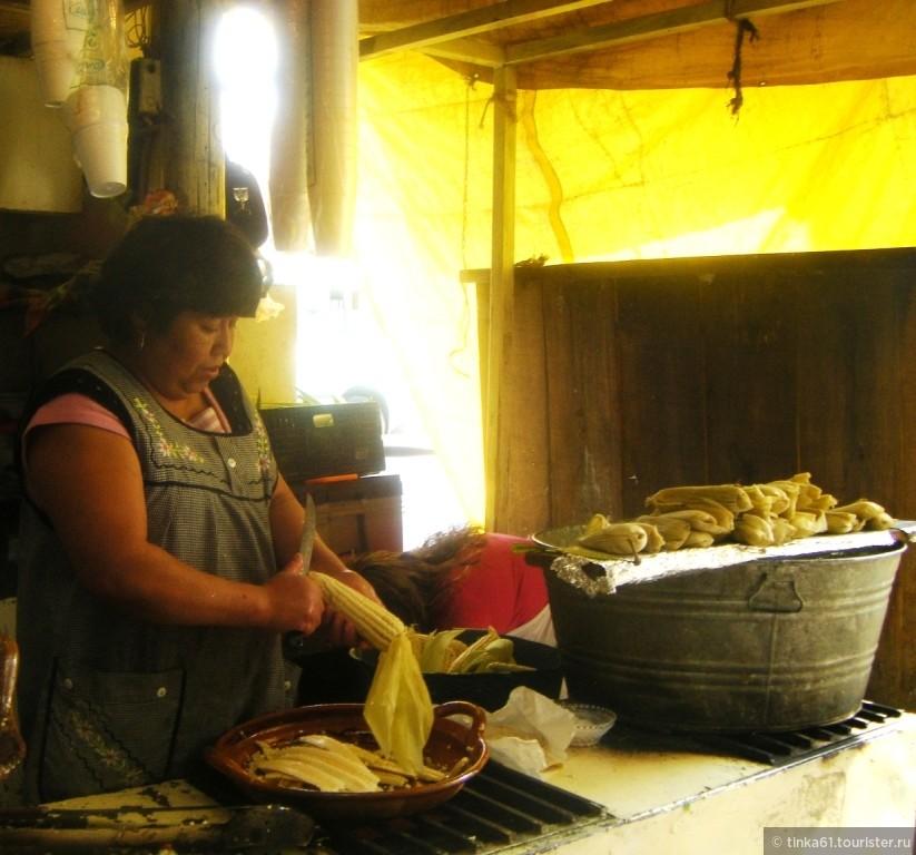 Так готовят тамалес на рынке в Мексике