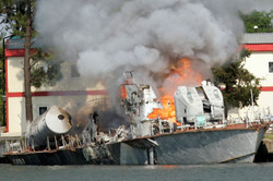 У берегов Турции сгорела прогулочная лодка с 17 туристами (ВИДЕО)