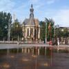 Старая церковь в Гааге и оранжевые фонтаны