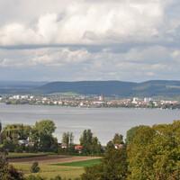 Озеро фактически состоит из двух частей – Верхнего и Нижнего озера, которые соединены Рейном. Кроме многочисленных заповедников в настоящее время озеро также известно своим островом Райхенау и одноименным монастырем, которые внесены ЮНЕСКО в список Всемирного наследия. Боденское озеро также еще известно как озеро Констанца по названию города Констанц, расположенного с германской стороны озера.