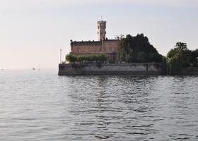 замок Монфорт,с его башни фотографировала озеро и окрестности