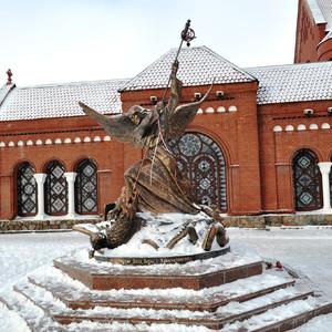 В 1996 году у костёла была установлена скульптура Архангела Михаила, пронзающего змея.