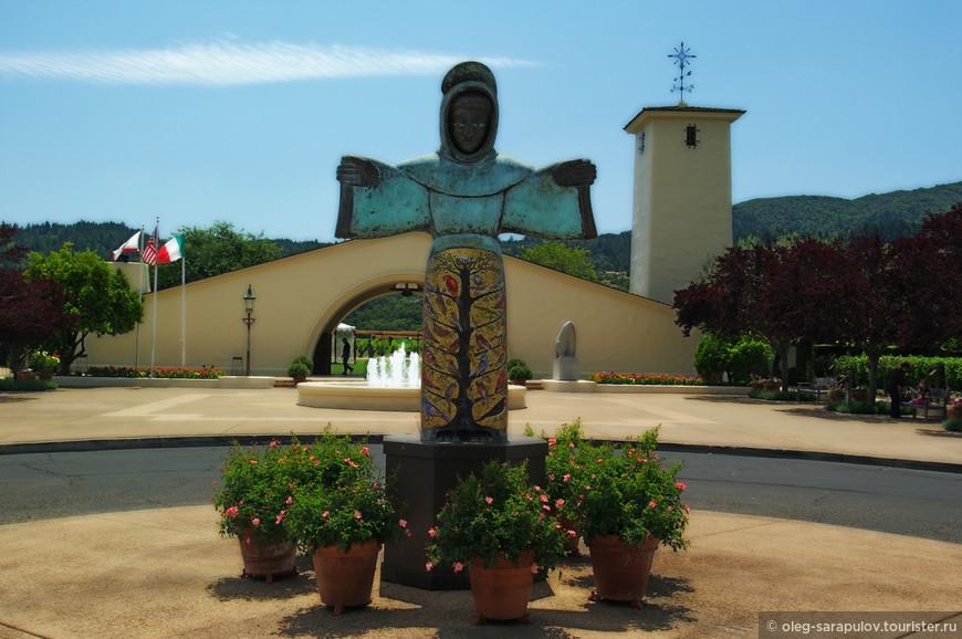 Святой Франциск у въезда на винарни Роберта Мондави