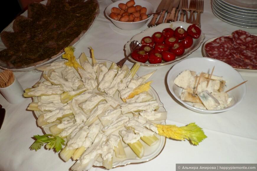 Белый черешковый сельдерей с сыром горгонзола, салями фаршированный тунцом и камперсами красный острый перчик