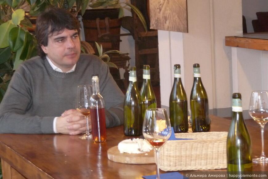 Пьер угощает своими винами
