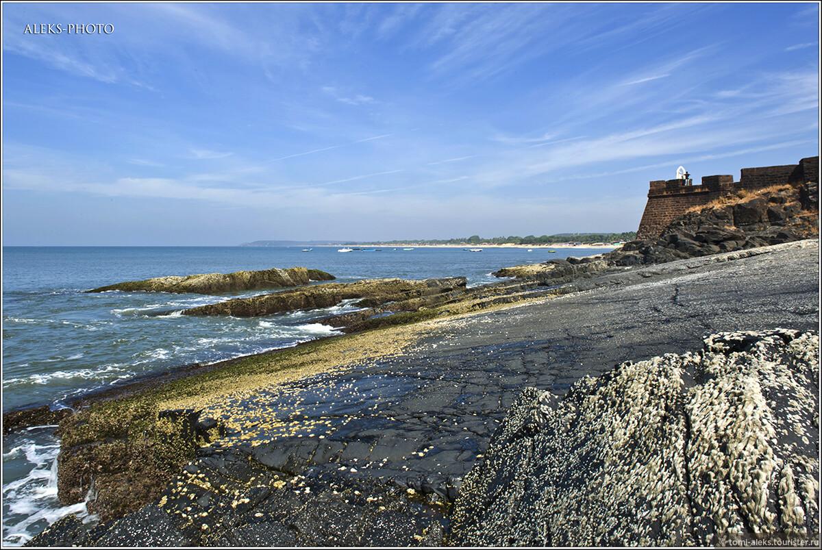 Спустившись со стен форта к морю, мы оказались среди камней и волн. Очень приятное местечко..., Португальский форт Агуада (Гоа, Индия)