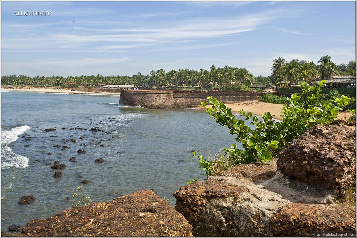 Интересно, что крупнейшие города страны — Бомбей и Мадрас тоже основали португальцы. Но, увы, португальский язык сохранился здесь только в названиях. А в качестве языка общения прижился все-таки - английский..., Португальский форт Агуада (Гоа, Индия)