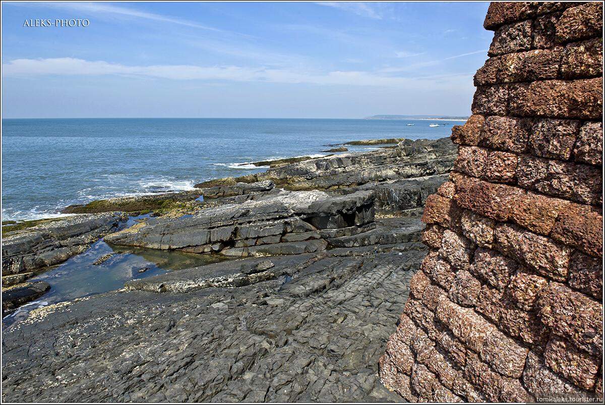 Вот этот суровый вид понравился мне больше всего. Серые прибрежные скалы и красный камень, из которого построен форт, - классное сочетание..., Португальский форт Агуада (Гоа, Индия)