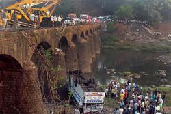 Следовавший из Гоа в Мумбай автобус упал с моста, погибли более 30 человек