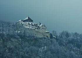 Замок был построен по всей видимости графами Верденберг-Зарганс, во всяком случае его первое упоминание встречается в документе, подтверждающем переход собственности на замок от графа Рудольфа фон Верденберг-Зарганс к Ульриху фон Матш. Донжон замка, датируемый XII веком, и сооружения в его восточной части считаются старейшими. Донжон стоит на фундаменте площадью 12 на 13 метров с толщиной стен 4 метра на уровне основания. Возведение часовни замка, посвящённой Святой Анне, также традиционно относится к средним векам, хотя она и имеет позднеготический основной алтарь. В 1499 году во время Швабской войны замок был разрушен швейцарскими войсками. В период правления графа Каспара фон Хохенемса (1613—1640) была расширена западная часть замка. Семья Лихтенштейн получила замок в свою собственность после приобретения графства Вадуц в 1712 году. В 1719 году император Карл VI объединил с последним приобретенное Лихтенштейнами в 1699 году владение Шелленберг, основав Княжество Лихтенштейн. В период с 1905 по 1920 годы в период правления князя Иоганна II в замке прошла значительная реконструкция, при князе Франце Иосифе II в начале 1930-х годов — он также был существенно расширен. С 1938 года замок выступает в качестве основной резиденции княжеской семьи и закрыт для широкого доступа (Википедия)