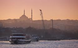 С горящего парома в Стамбуле эвакуировали десятки туристов