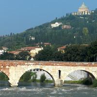 Римский арочный мост через реку Адидже. Мост был построен около 89 года до н. э.