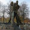 Скульптура носит название «Путешественник, Рассказчик и Тень» и, по замыслу автора, должна отражать многогранность таланта и противоречивость характера писателя