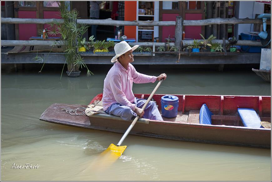 Интересные весла... И вообще - вся форма лодок...