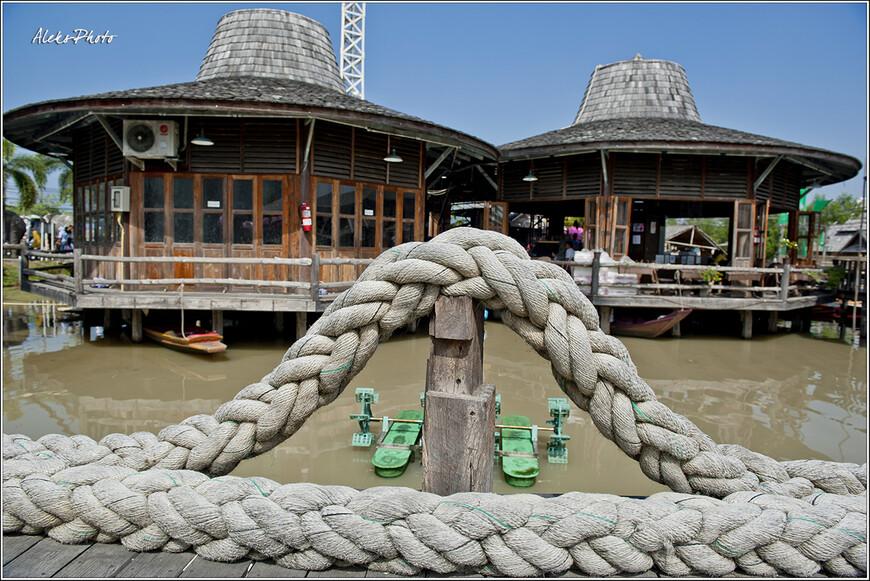 Этот плавучий рынок все-таки не совсем настоящий. Он создан специально для туристов, но все равно гулять по нему очень приятно...