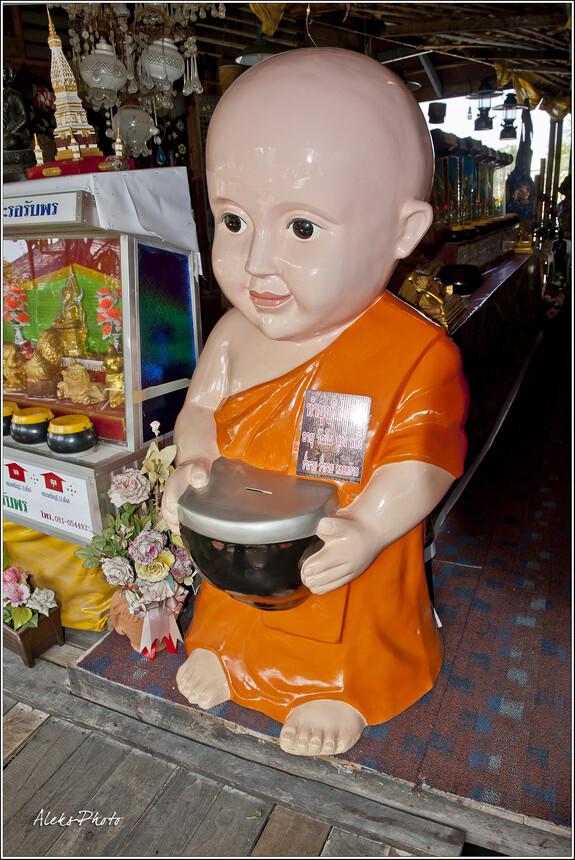 Тайские сувениры. Мне очень понравился вот этот монах-копилка... Хотя я допускаю, что этот товарищ не продается, а так собираются деньги на пожертвования...