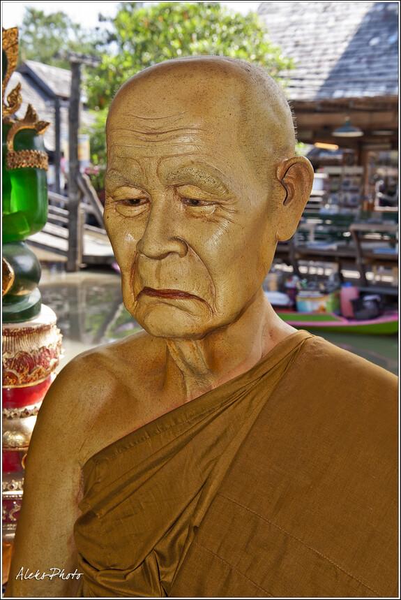 Высушенный молитвой и постом буддистский монах. Таких часто можно встретить живьем на улицах тайских городов...