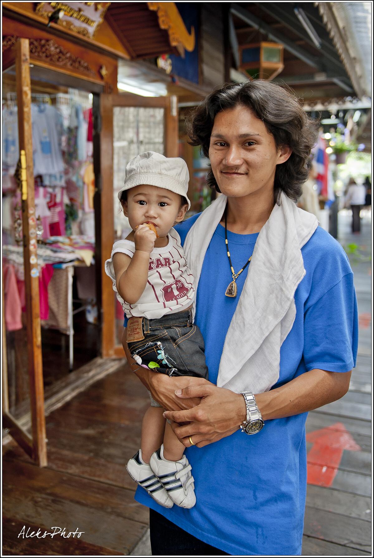 Таец никогда не будет кричать на вас, если вы захотите его сфотографировать. Эта черта мне нравится в них больше всего. даже детей своих они не запрещают фотографировать, не боясь никакого сглаза, как мусульмане..., 7 Плавучий рынок и его обитатели (Таиланд)