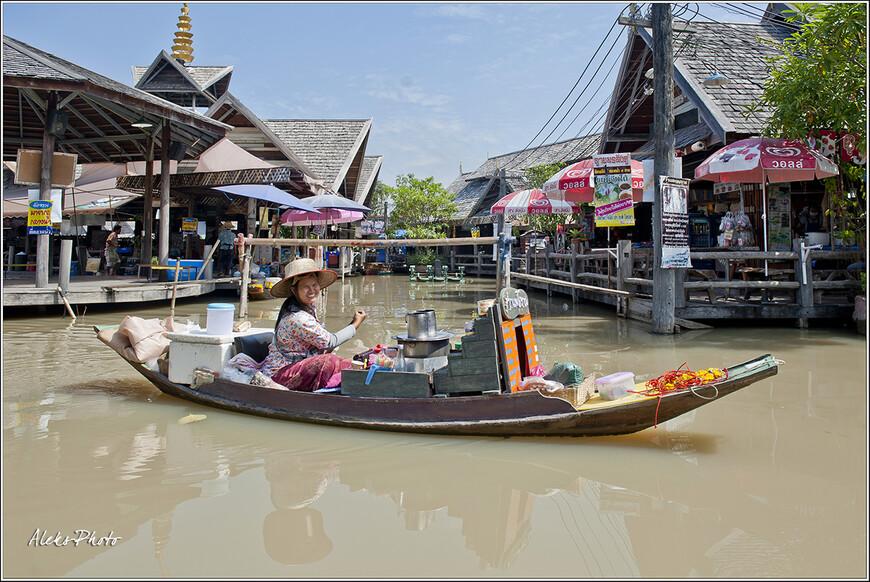 Чуть ли не половина жизни тайцев проходит на воде. Вода для них - привычная среда обитания... Поэтому традиционные лодки для торговли на воде так здесь распространены...