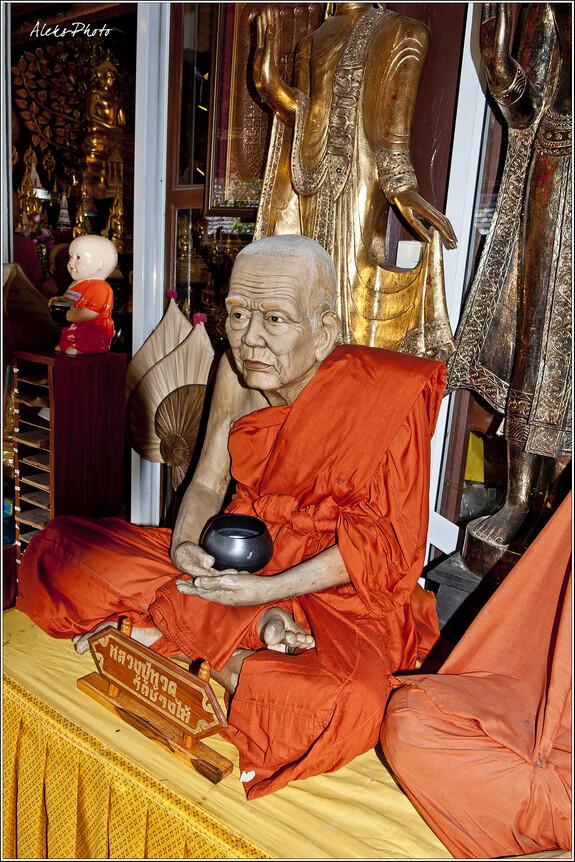 Здесь нашлось место целой галерее статуй буддистских монахов. Они настолько искусно сделаны, что порой забываешь, что это не настоящий человек перед тобой, а статуя...