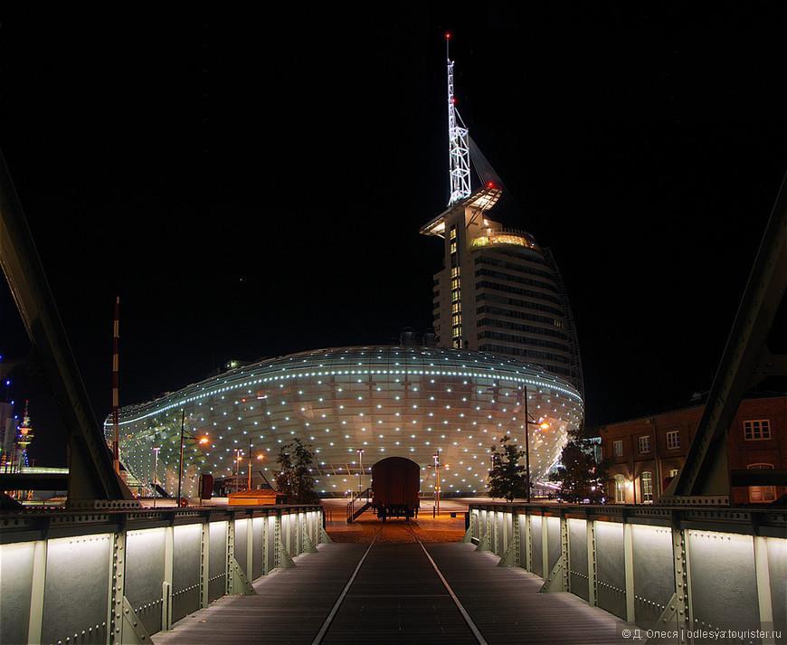 Клима-хаус (музей климатических зон) и отель Atlantic Hotel Sail City в ночном освещении