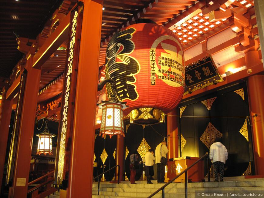 Огромный фонарь перед входом в храм