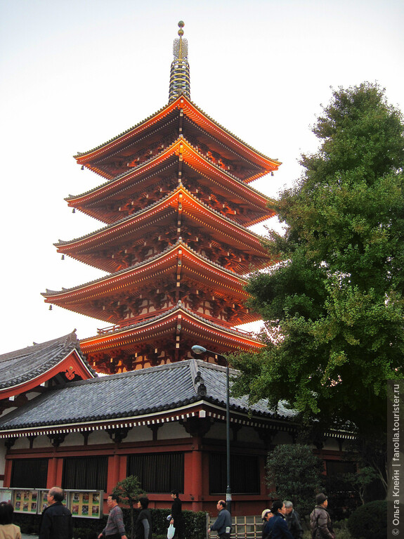 пятиярусная пагода во внутреннем дворе храма