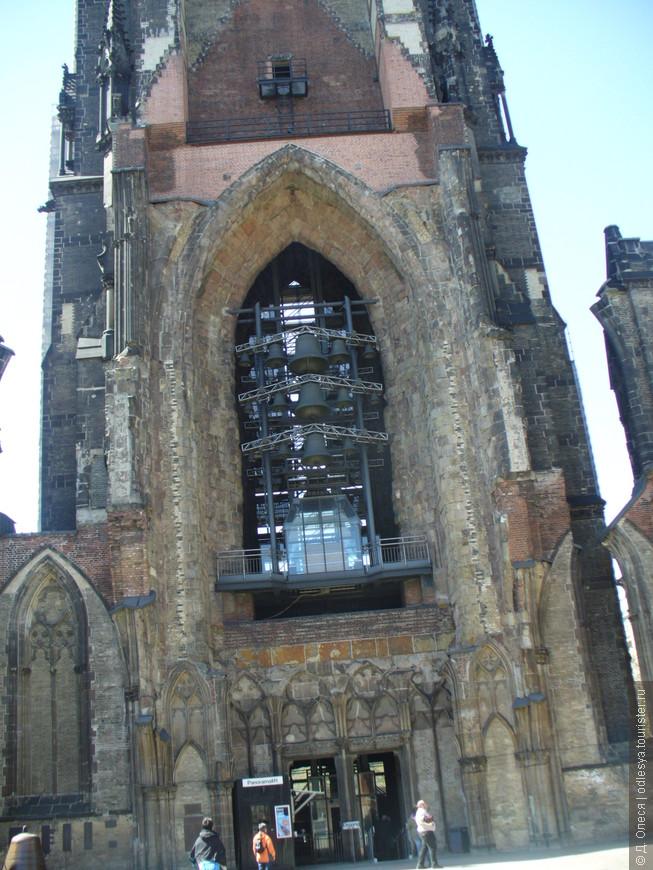 при входе в мемориал-церковь Св. Николая