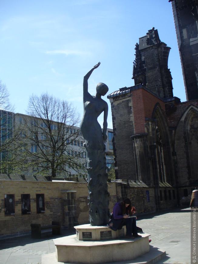 рядом с мемориалом -церковью Св. Николая